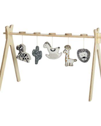 Quax baby gym je igračka za bebe i malu djecu. Izrađena je od drveta breye i topole, a uključuje i pet pletenih igračkica